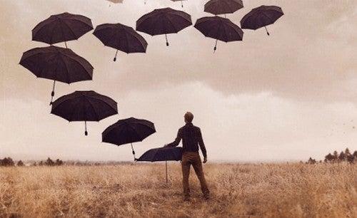 Uomo con ombrelli