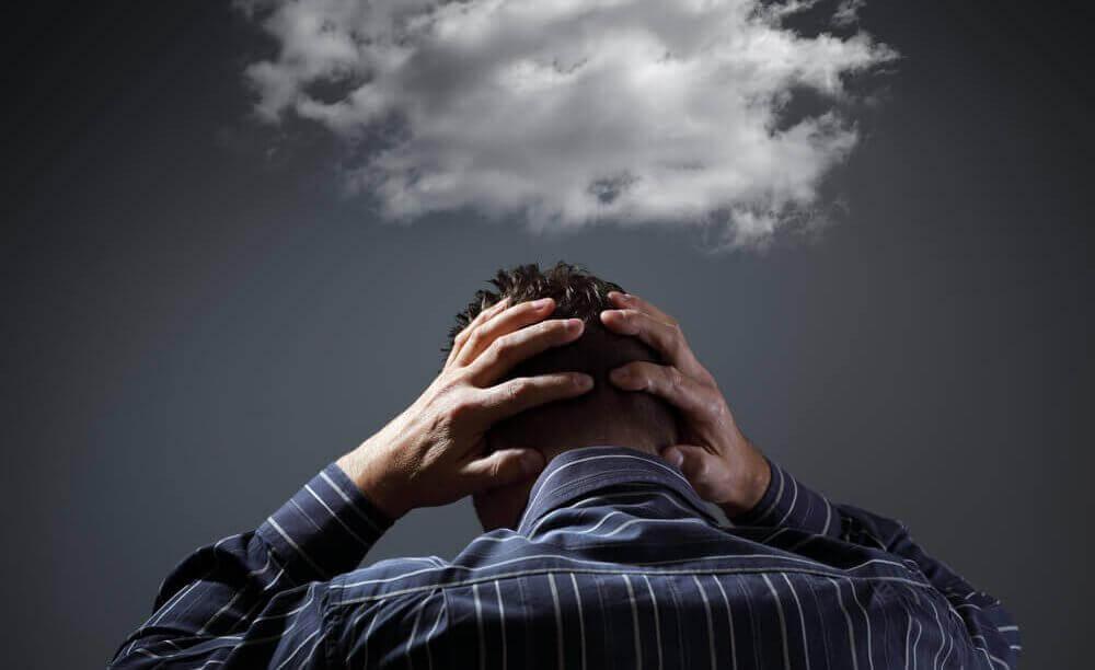Uomo con pensieri negativi