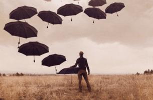 Uomo fa volare ombrelli