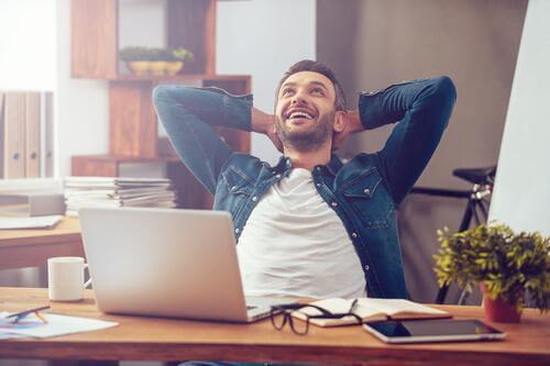 Uomo che ha trovato la felicità al lavoro