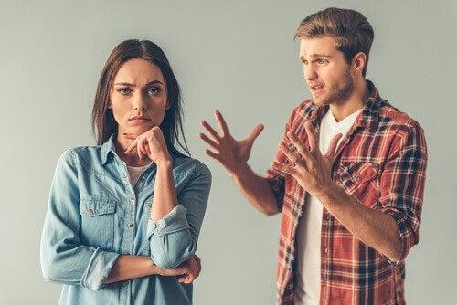 Uomo parla al partner senza usare parole dolci