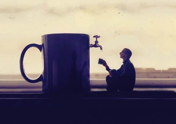 Uomo prende acqua da una tazza gigante