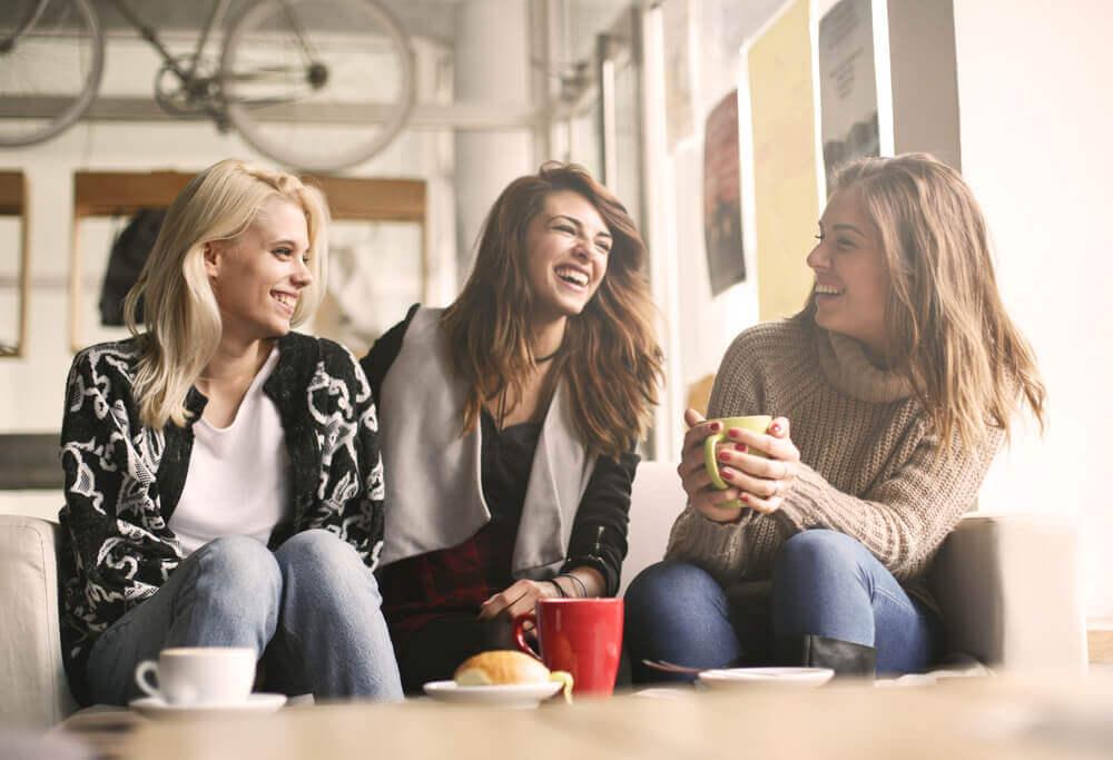 Amiche sorridenti che bevono caffè vita minimalista