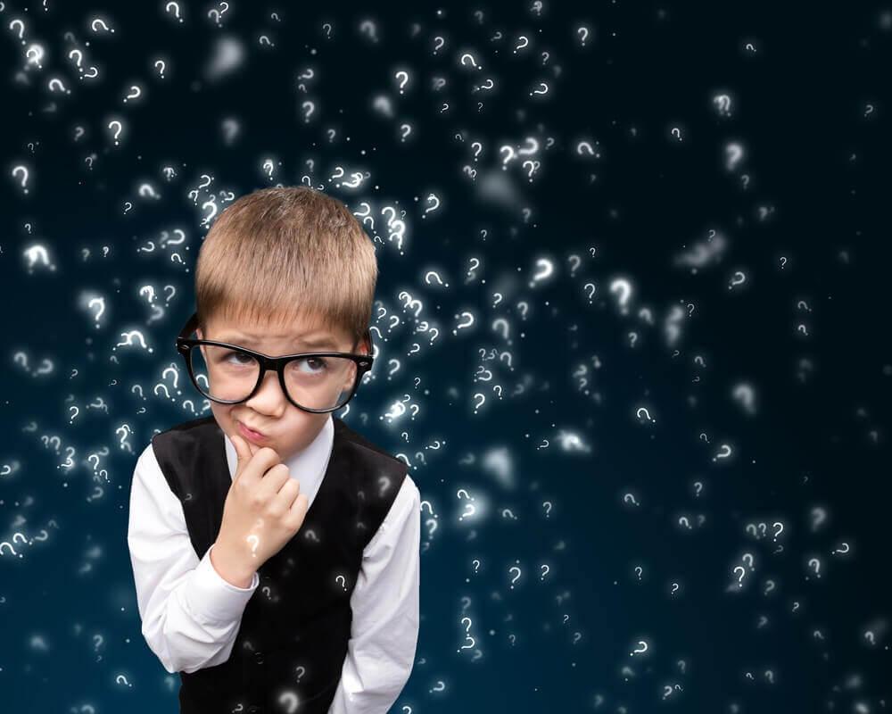 Bambino con occhiali che pensa