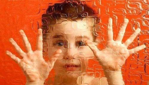 Bambino intrappolato dietro un vetro opaco