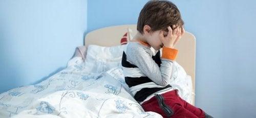 Bambino piange ed è vittima della sindrome di Munchausen per procura