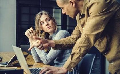 Colleghi narcisisti: un attentato alla produttività