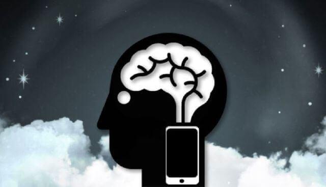 Cervello con cellulare