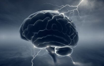 Cervello su fondo scuro con lampi