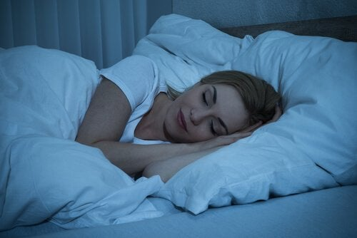 Donna bionda che dorme rilassata