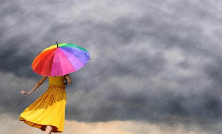 Donna affronta avversità ombrello colorato