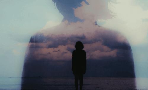 Donna che osserva l'orizzonte a mare