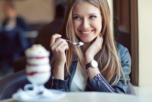 Donna sorridente che mangia gelato