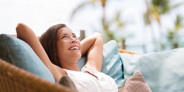 Donna sorridente rilassata sul divano