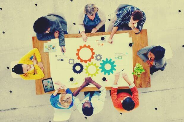 Gruppo di lavoro al tavolo visto dall'alto