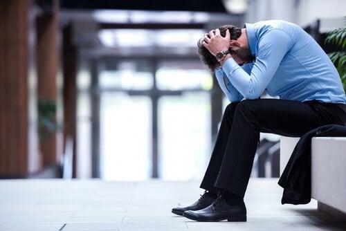 Impiegato disperato soffre di infelicità sul lavoro
