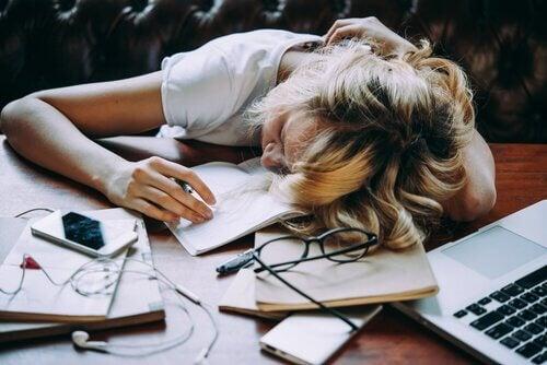 Donna che dorme al lavoro