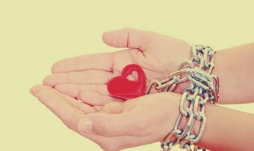 Mani che sorreggono un cuore