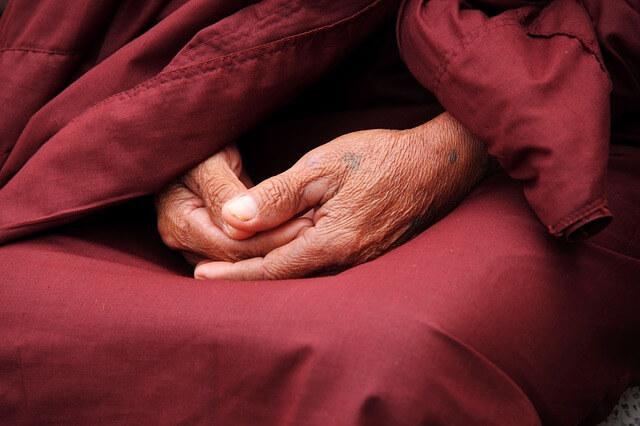 Mani di monaco buddista