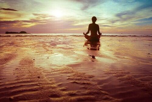 Donna di spalle che medita