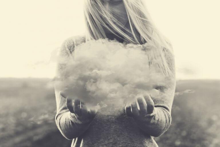 Ragazza con nuvola in mano