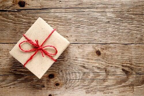 Scatoletta regalo su tavolo in legno