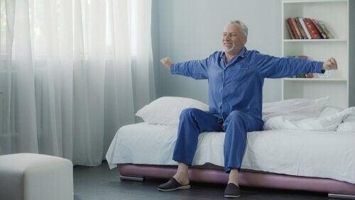 Uomo anziano che si stira