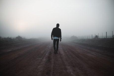 Uomo cammina nella nebbia
