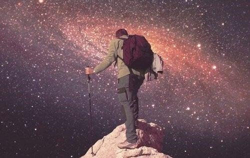 Quando nessuno crede in voi fate come quest'uomo che cammina verso l'universo