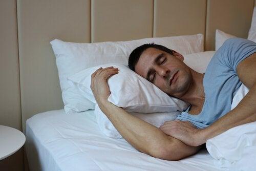 Uomo che dorme con due cuscini