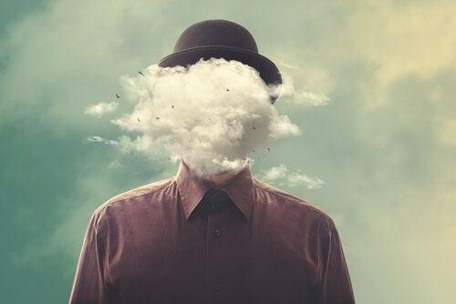 Uomo con cappello nero e nube davanti al volto