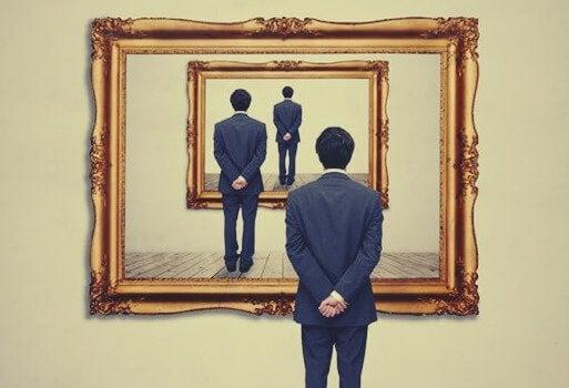 Uomo di spalle in un gioco di specchi