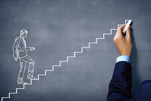 Uomo sale le scale