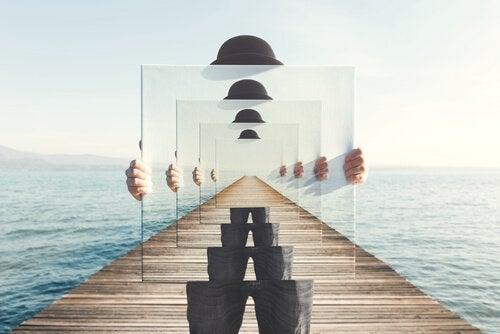 Uomo su ponte con specchio che rappresenta l'infinito