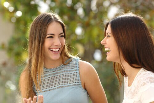 Amiche che sorridono insieme