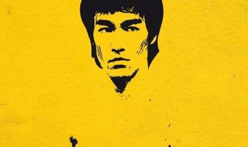 Bruce Lee su sfondo giallo