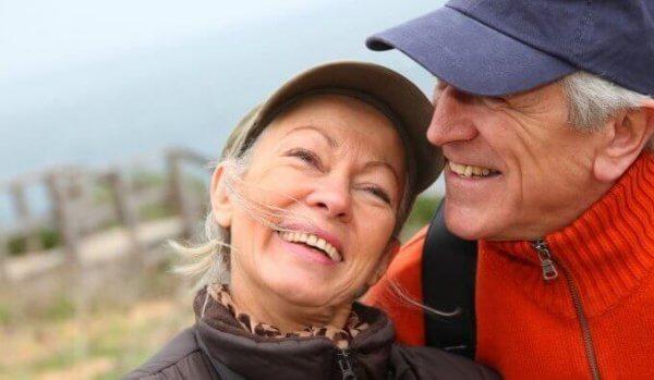 Coppia anziana felice all'aperto