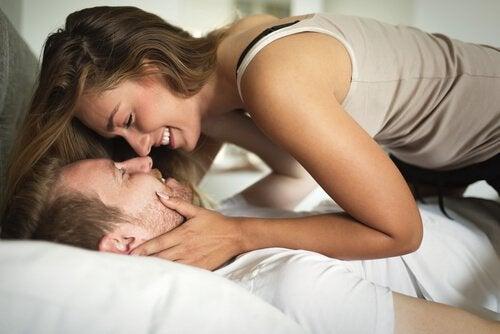 Coppia felice distesa sul letto