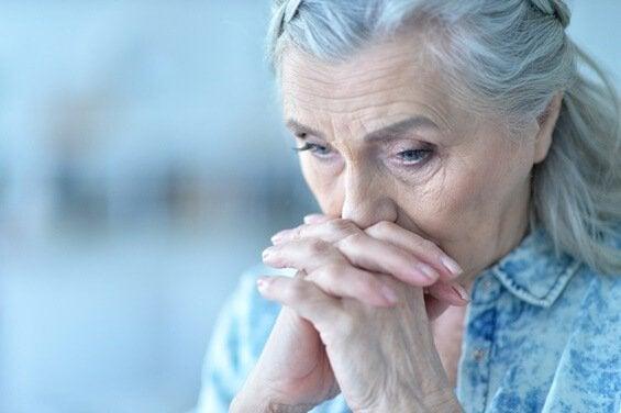 Donna anziana preoccupata e sovrappensiero