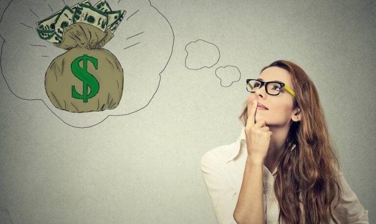 Donna che sogna di vincere soldi