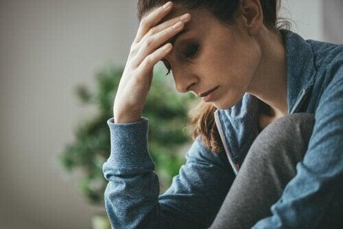 Donna triste con la mano sulla fronte