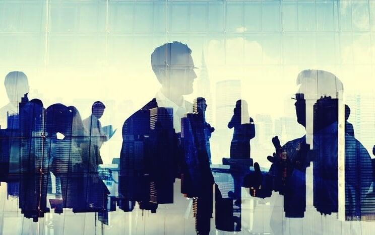 Figure riflesse sul vetro