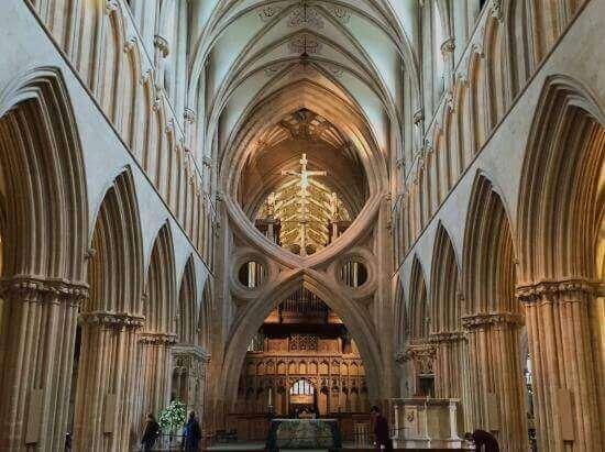 Interno di una cattedrale gotica