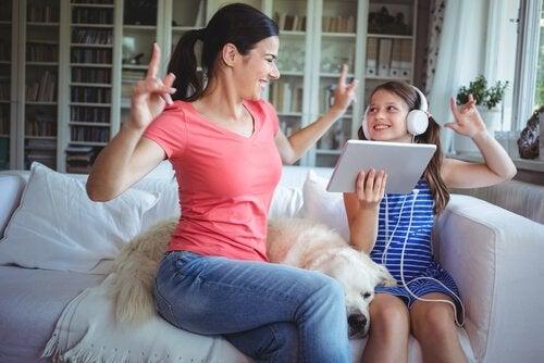 Madre e figlia che ballano ascoltando la musica