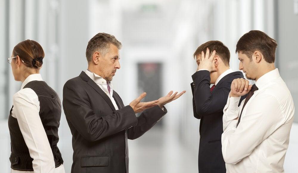 Manager cerca di gestire i conflitti di lavoro nel suo gruppo