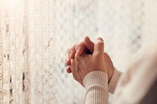 Mani di una persona che prega