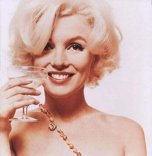 Marilyn Monroe con bicchiere