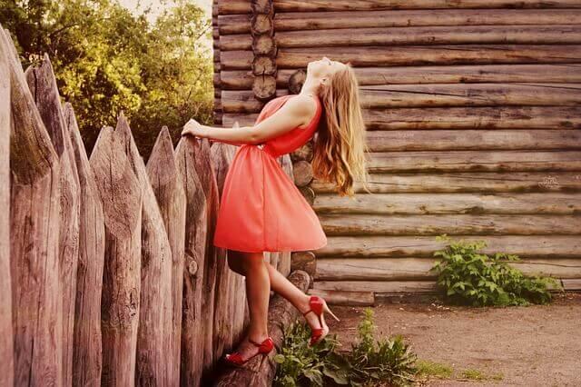 Psicologia della moda donna su una staccionata