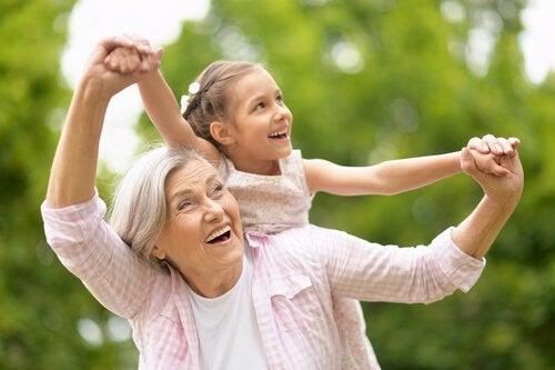 Nonni baby-sitter: quando lavoro e famiglia coincidono