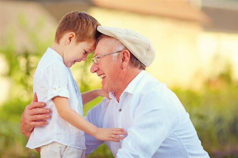 Nonno e nipotino abbracciati